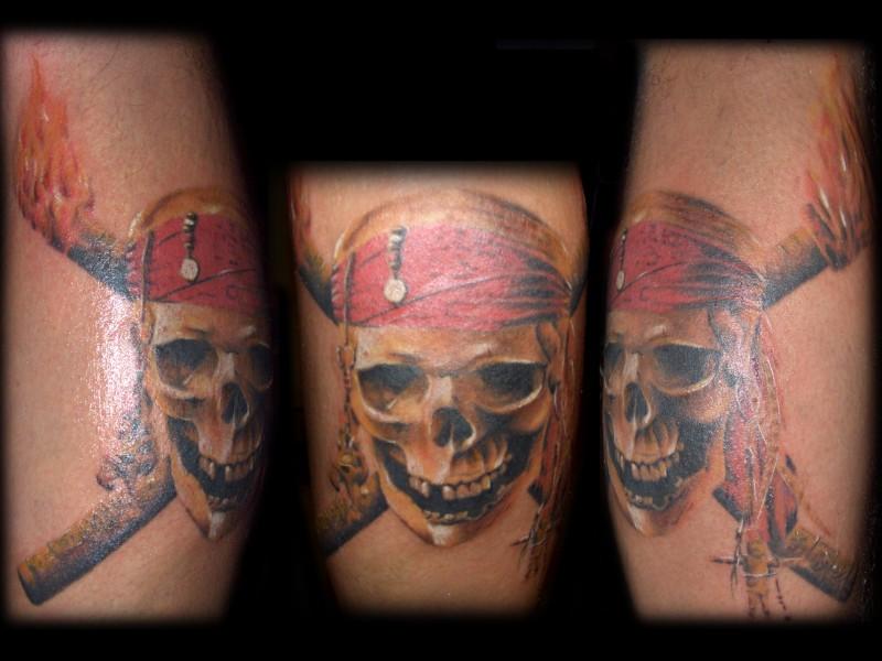 piracka czaszka - tatuaż
