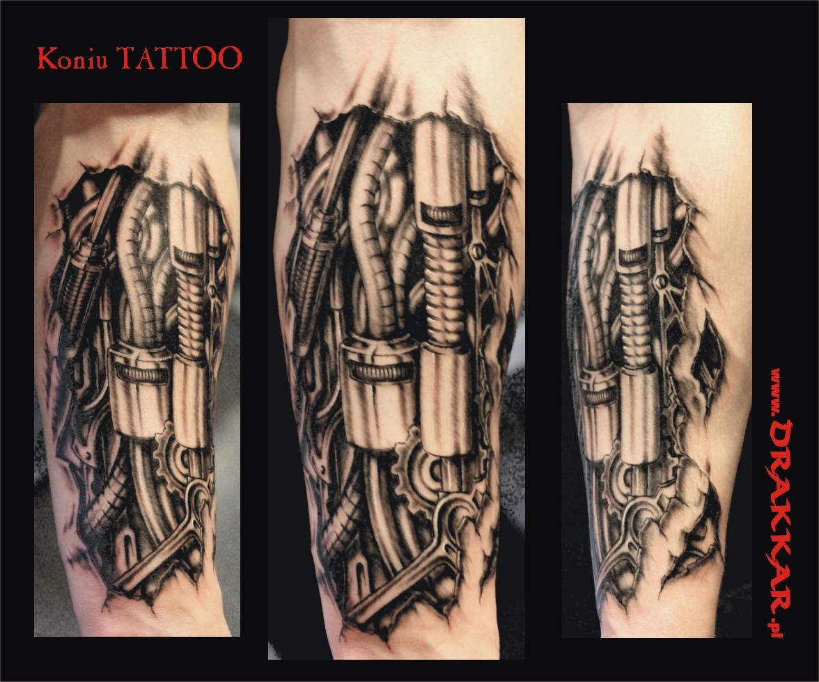 biomechaniczny tatuaż na przedramieniu